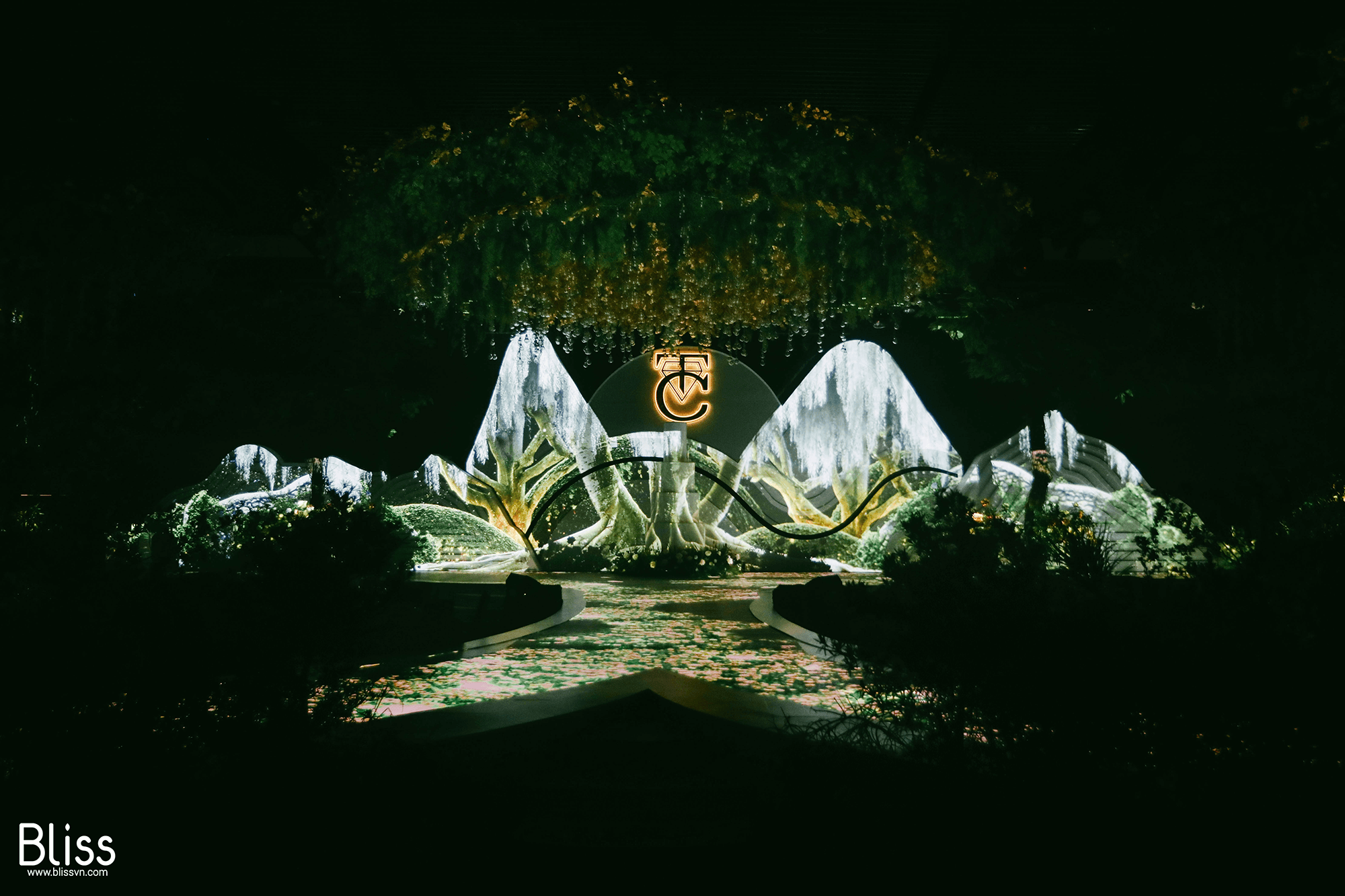 trang trí sân khấu 3d mapping tiệc cưới khu rừng cường đô la đàm thu trang